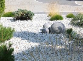 Rabata żwirowa z fontanną kamienną