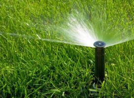 System automatycznego nawadniania. Zraszacz na trawniku