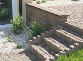 Schody z kostki betonowej i palisady